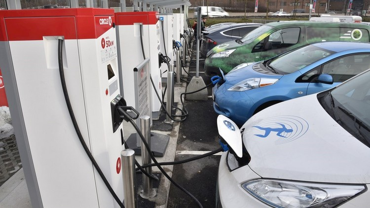 difference between electric and gas cars 4